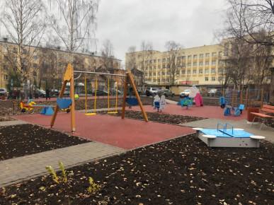 Обновленный, благоустроенный двор в Архангельске.
