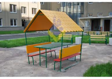 Стол со скамьями с навесом на детской площадке